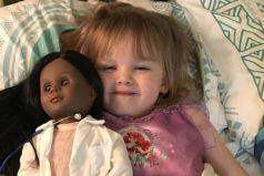 """""""¿No quieres una como tú?"""": niña de 2 años le explica a una cajera por qué escogió una muñeca negra"""