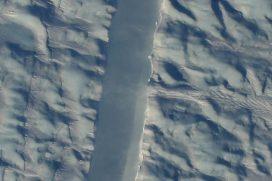 Nueva grieta en uno de los glaciares más grandes de Groenlandia tiene preocupados a los científicos