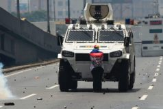 Foto de mujer que desafía una tanqueta en Venezuela da la vuelta al mundo