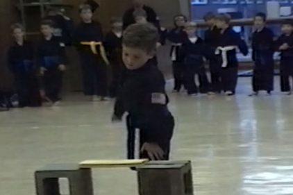 Quedarás contagiado, este bello niño karateka no puede evitar el dolor ¿tú lo lograrías?