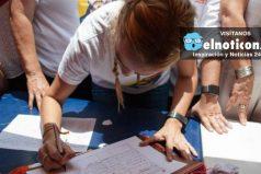 Pueblo venezolano apoya a la oposición con firmas para el referendo revocatorio