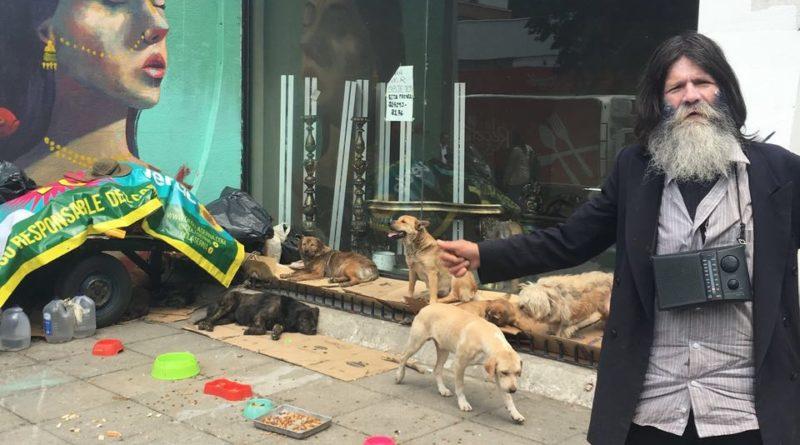 Acacio Ramirez, el hombre que cuida a 17 perros