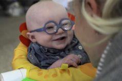 Este bebé ve por primera vez a su madre gracias a sus nuevos anteojos. Su reacción te dejará con la boca abierta