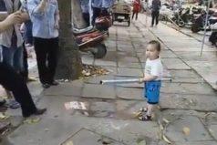 Este tierno niño defiende a su abuela con un palo, el amor no tiene límite