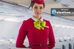 ¿Por qué razón las azafatas ponen sus manos hacía atrás en la puerta del avión?