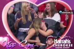 """Esta chica besa apasionadamente al """"amor de su vida"""" frente a la Kiss Cam"""