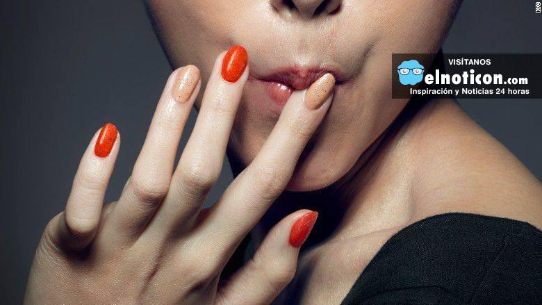 Una mujer se chupa los dedos