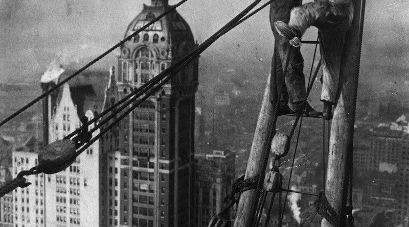 Trabajadores construyendo ciudades