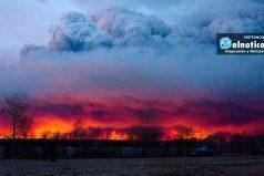Miles huyen del incendio forestal que está devorando el bosque en el centro de Canadá