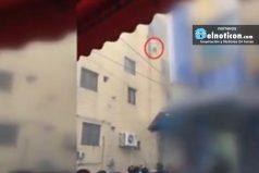 Esta madre desesperada salvó la vida de sus hijos por arrojarlos del cuarto piso