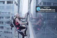 Mujer escala rascacielo con la ayuda de una aspiradora ¿Estarías dispuesto a superar este reto?