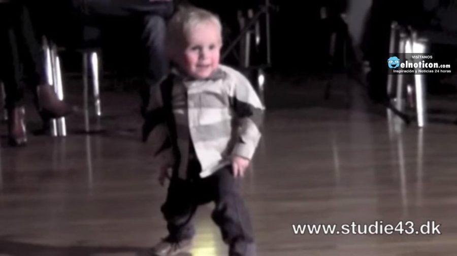 Este niño de 2 años te enseñará a bailar rock and roll ¡Divino!