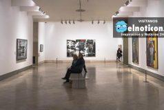 El momento en el que un hombre daña una obra de arte en un museo