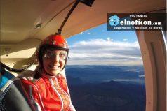 El increíble vuelo de una paracaidista sobre un volcán activo en Chile ¡Asombroso!