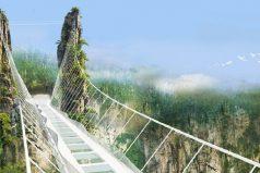 Ponen a prueba la resistencia del puente de vidrio más largo del mundo