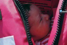 Un bebé sirio de 5 días llegó flotando a las costas griegas dentro de un chaleco salvavidas