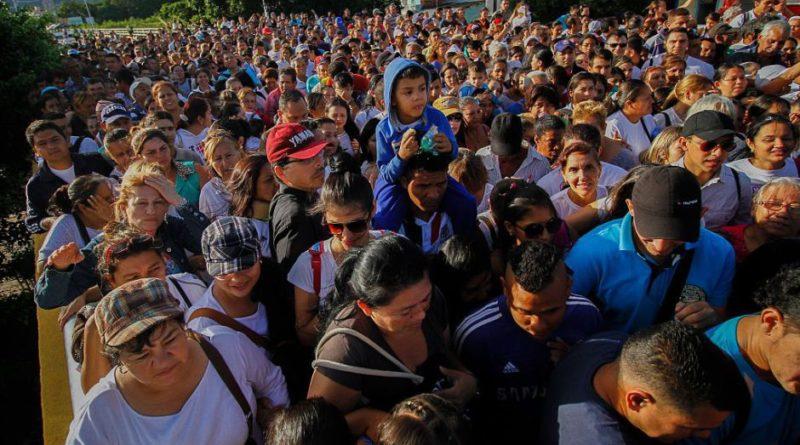 Venezolanos cruzando la frontera de Colombia