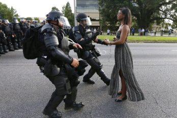 EE.UU.: la fotografía de la mujer negra que se enfrenta sola a policías antidisturbios en Baton Rouge y se volvió viral