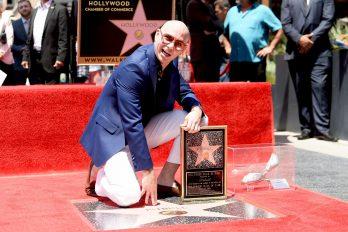 'Pitbull' recibe emocionado su estrella en el Paseo de la Fama de Hollywood
