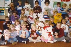 Kids Pose For A Class Photo. 30 Years Later, The Teacher Looks At The Bottom Left And Sees It…