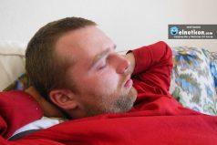 Mira lo que le pasa a este espectador mientras duerme en un partido de cricket ¡Qué no le pase!