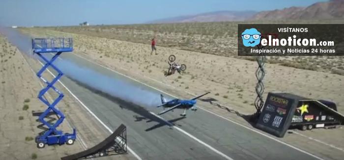 Un equilibrista, un avión, y un motociclista haciendo un triple salto mortal