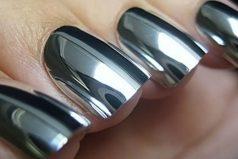 El esmalte de uñas tipo espejo que no sabíamos necesitaríamos hasta ahora