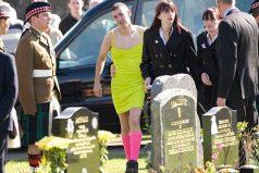 La razón por la que este joven llevó puesto un vestido verde a un funeral es tremendamente emocionante
