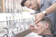 El peluquero que peina a los sin techo sin pedir nada a cambio
