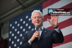El momento en el que Bill Clinton se durmió en un discurso de su esposa Hillary
