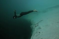 Mira La Caída Libre Bajo El Agua Del Campeón Mundial De Apnea. Solo Verlo Me Da Susto.