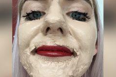 Esta jovencita decidió que era hora de probar echarse 100 capas de maquillaje. ¿Qué te parece?