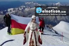 Esta mujer baila en la cima del monte Elbrús, una de las montañas más altas de Europa