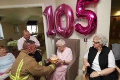 Cumplía 105 años y quería un solo peculiar regalo; un bombero sexy con tatuajes ¡Sueño hecho realidad!