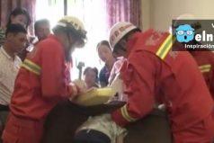 Así fue el rescate de un niño chino atrapado en un sofá