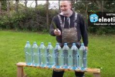 Este hombre crea un cuchillo capaz de atravesar ocho botellas de agua en un segundo ¡Asombroso!