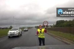 Esta mujer baila mientras da el paso al tráfico en Estonia ¡Que gracioso!