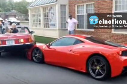 Esta mujer monta su carro encima de un Ferrari 458 Speciale al tratar de estacionarlo