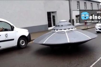 El momento en que la policía de Irlanda persigue un OVNI en la calle