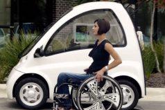 Parece sólo un coche pequeño. Pero al abrir la puerta trasera todo se adapta a su silla de ruedas