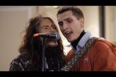 ¡Un músico callejero con mucha suerte! Terminó cantando a dúo con Steven Tyler