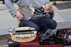 ¡Increible! Este músico creo una guitarra eléctrica con una raqueta de tenis