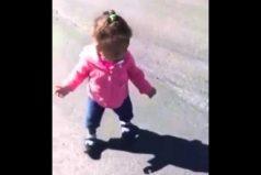 Esta niña se asusta al ver su propia sombra por primera vez ¡Es muy tierna!