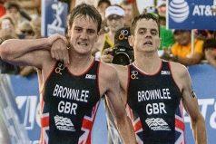 Este triatleta renunció a la victoria para ayudar a su casi desmayado hermano a cruzar la meta