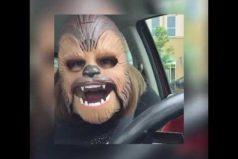 Esta mujer decide probarse una máscara de Star Wars ¡No pararás de reír!