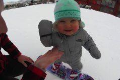 Una bebé con talento para el snowboard ¡Qué ternura!