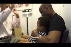 El mejor pediatra del mundo. Mira como vacuna a este bebé ¡Es encantador!
