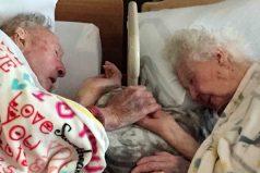 La foto de dos ancianos despidiéndose para siempre le rompe el corazón a las redes