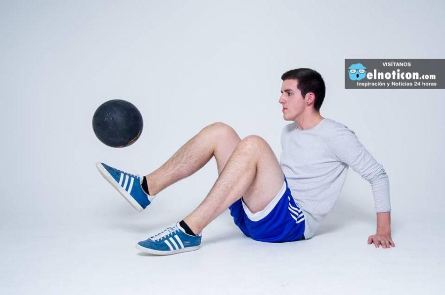 Este hombre sabe combinar muy bien el Freestyle y el baloncesto