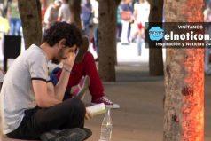 Alejandro Saldarriega, el joven en Medellín que escucha historia de amor y desamor  a cambio de un abrazo